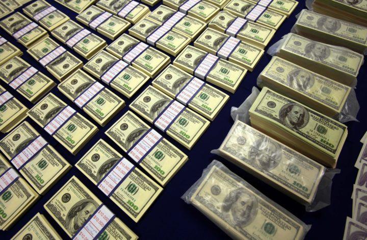 800 mil dólares falsos em notas de 100 foram apreendidas pela  Polícia Judiciária (PJ)  num escritório de Lisboa e a detenção de cinco homens suspeitos da prática do crime de passagem de moeda falsa, 10 de setembro de 2010. PAULO CUNHA/LUSA