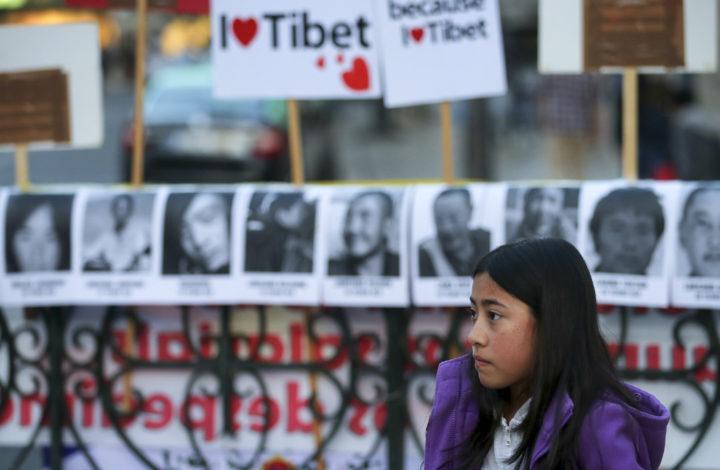 Uma criança participa nas comemorações do 56.º aniversário da revolta nacional tibetana, promovidas pelo Grupo de Apoio ao Tibete no Largo do Camões, Lisboa, 10 de março de 2015. No dia 10 de março de 1959 em Lhasa, capital tibetana, teve lugar um enorme protesto por parte de tibetanos, violentamente suprimido pelas autoridades chinesas e que conduziu à morte de 87,00 tibetanos.MANUEL DE ALMEIDA/LUSA
