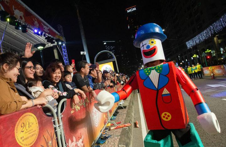 Parada de celebração do Ano do Porco, em Macau, China, 07 de fevereiro de 2019. A marcar o terceiro dia do novo ano lunar do porco e como parte das celebrações dos 20 anos do estabelecimento da Região Administrativa Especial de Macau (RAEM), teve lugar esta noite em Macau, mais uma parada contando com artistas locais e internacionais. CARMO CORREIA/LUSA