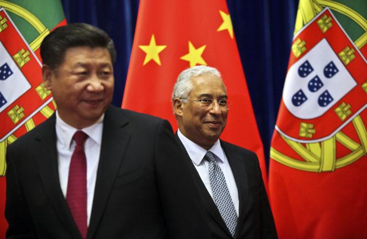 O primeiro ministro, António Costa (D), com o Presidente da República Popular da China, Xi Jinping, no âmbito da visita de Estado à República Popular da China e à Região Administrativa Especial de Macau, no Palácio do Povo, em Pequim, 08 outubro de 2016. ESTELA SILVA/LUSA