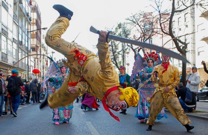 Elementos da comunidade chinesa desfilam na Avenida Almirante Reis, durante a comemoração da entrada no Novo Ano Chinês - o Ano do Porco, cortejo organizado pelo sexto ano consecutivo pela Câmara Municipal de Lisboa e pela Embaixada da República Popular da China, em Lisboa, 09 de fevereiro de 2019.ANTÓNIO PEDRO SANTOS/LUSA