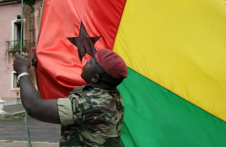 Um militar das forcas armadas guineenses durante o arrear da Bandeira da Guine Bissau, 14 de Agosto de 2008,  Bissau.PAULO CUNHA/LUSA