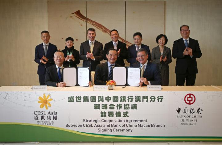 Assinatura do protocolo entre a empresa de Macau CESL Asia, na pessoa do seu CEO António Trindade (D), e o Banco da China (Macau), apadrinhado pelo Governo de Macau, no âmbito do plano para a Grande Baia para os paises de Lingua Portuguesa, em Macau, China, 1 de março de 2019. GONÇALO LOBO PINHEIRO/LUSA