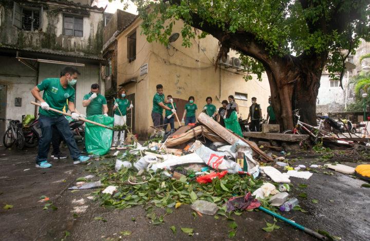 O tufão Mangkut, o maior e mais forte tufão que passou este ano por Macau, deixou um rasto de destruição, China, 17 de setembro de 2018. No rescaldo do mesmo, a população pôs mãos à obra para que o mais rápido possível a vida e as ruas de Macau voltem à normalidade. CARMO CORREIA/LUSA