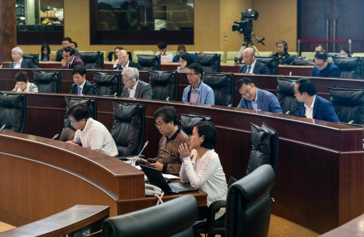 Os deputados da Assembleia Legislativa de Macau rejeitaram hoje a discussão de um projeto de lei do deputado pró-democracia Sulu Sou (ausente na foto), no qual defendia um mínimo de dois candidatos nas eleições para chefe do Governo, Macau, China, 23 de abril de 2019. A discussão do projeto de lei foi rejeitada com 26 votos contra e quatro a favor. TATIANA LAGE / LUSA