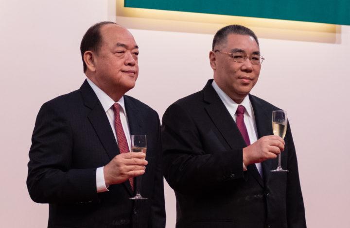 O Chefe do Executivo da Região Administrativa Especial de Macau cessante, Fernando Chui Sai On (D), brinda com o seu sucessor, Ho Iat Seng (E), durante cerimónia antecipada dos 70 anos da fundação da República Popular da China, em Macau, China, 29 de setembro de 2019. O chefe do executivo cessante, Fernando Chui Sai On, que deixa o cargo em 20 de dezembro próximo. TATIANA LAGES/LUSA