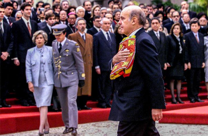 MAC25:991219:MACAU: Saida do Governador, Vasco Rocha Vieira com a bandeira portuguesa do Palacio do Governo na Praia Grande. FOTO MANUEL MOURA/LUSA