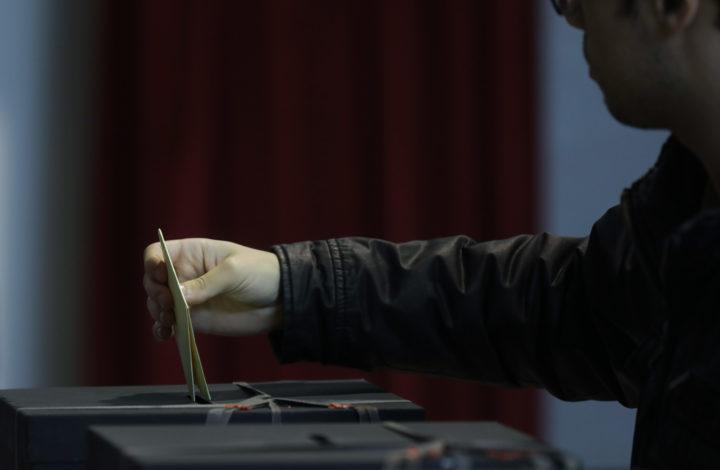 Um homem coloca o seu boletim de voto na urna numa Assembleia de voto em São João das Lampas. Cerca de 9,4 milhões de eleitores são chamados hoje a votar nas eleições autárquicas para escolher os autarcas de 308 câmaras municipais e de 3.091 freguesias, São João das Lampas, Sintra, 01 de outubro de 2017. JOSE SENA GOULÃO/ LUSA